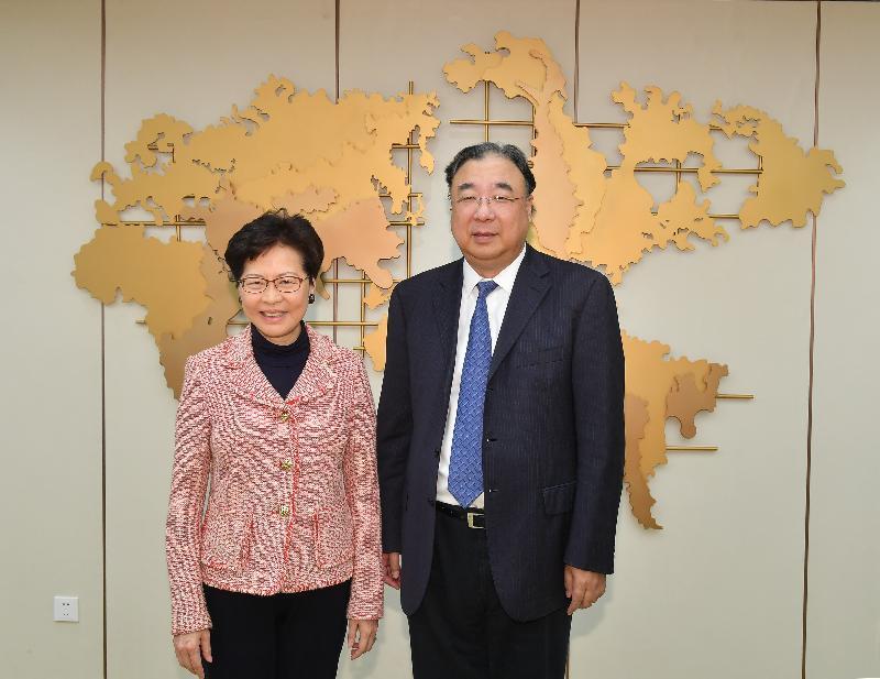 行政長官林鄭月娥(左)今日(三月四日)下午在北京與國家衞生健康委員會主任馬曉偉(右)會面。圖示二人在會面前合照。