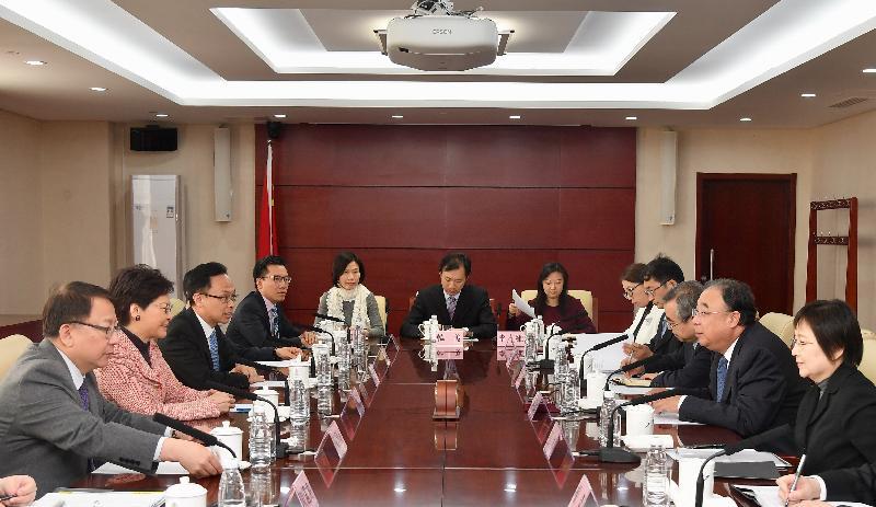 行政長官林鄭月娥(左二)今日(三月四日)下午在北京與國家衞生健康委員會主任馬曉偉(右二)會面。旁為政制及內地事務局局長聶德權(左三)和行政長官辦公室主任陳國基(左一)。