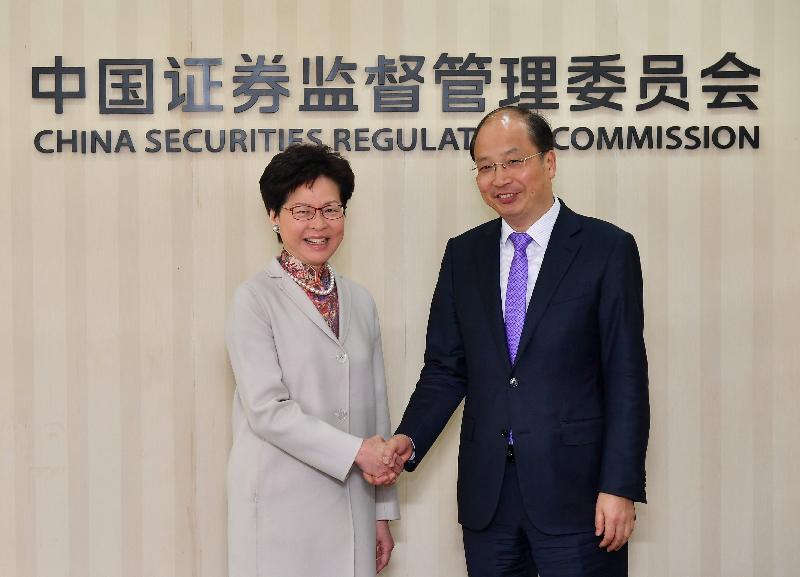 行政長官林鄭月娥今日(三月四日)在北京與中國證券監督管理委員會主席易會滿會面。圖示林鄭月娥(左)和易會滿(右)在會面前握手。