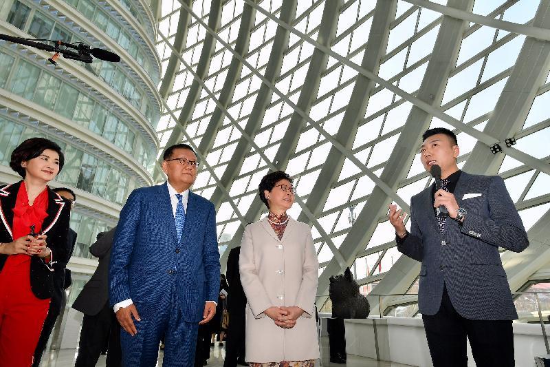 行政長官林鄭月娥今日(三月四日)在北京參觀鳳凰國際傳媒中心。圖示林鄭月娥(右二)、鳳凰衛視投資(控股)有限公司董事會主席及行政總裁劉長樂(左二)和其他人員參觀中心設施。