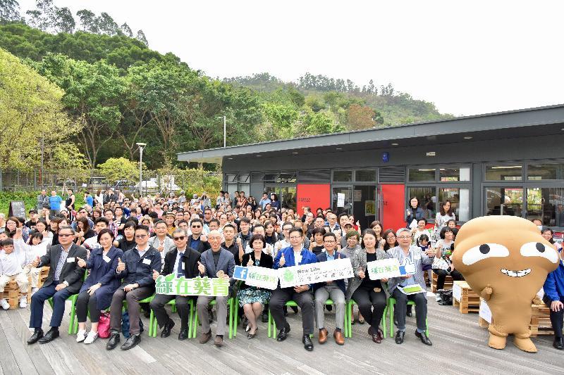 環境局局長黃錦星(前排左五)及其他嘉賓今日(三月五日)在「綠在葵青」開幕典禮合照。