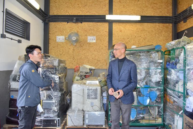 環境局局長黃錦星(右)今日(三月五日)在「綠在葵青」開幕禮後,參觀該設施收集的回收物。