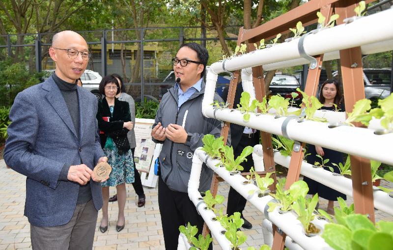 環境局局長黃錦星(左)今日(三月五日)在「綠在葵青」開幕禮後,參觀該設施的環保裝置。