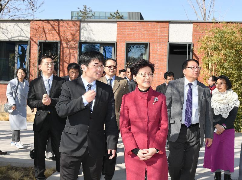行政長官林鄭月娥今日(三月五日)在北京參觀「天寧1號」文化科技創新園。圖示林鄭月娥(右三)、行政長官辦公室主任陳國基(右二)及其他參與者參觀園內設施。