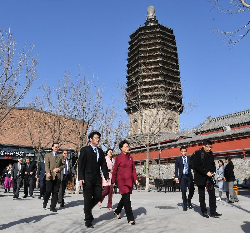 行政長官林鄭月娥(前左二)今日(三月五日)在北京參觀「天寧1號」文化科技創新園。
