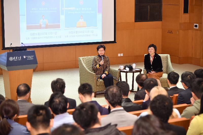 行政長官林鄭月娥今日(三月六日)在北京到訪清華大學。圖示林鄭月娥(左)回答同學提問。旁為清華大學黨委書記陳旭教授(右)。