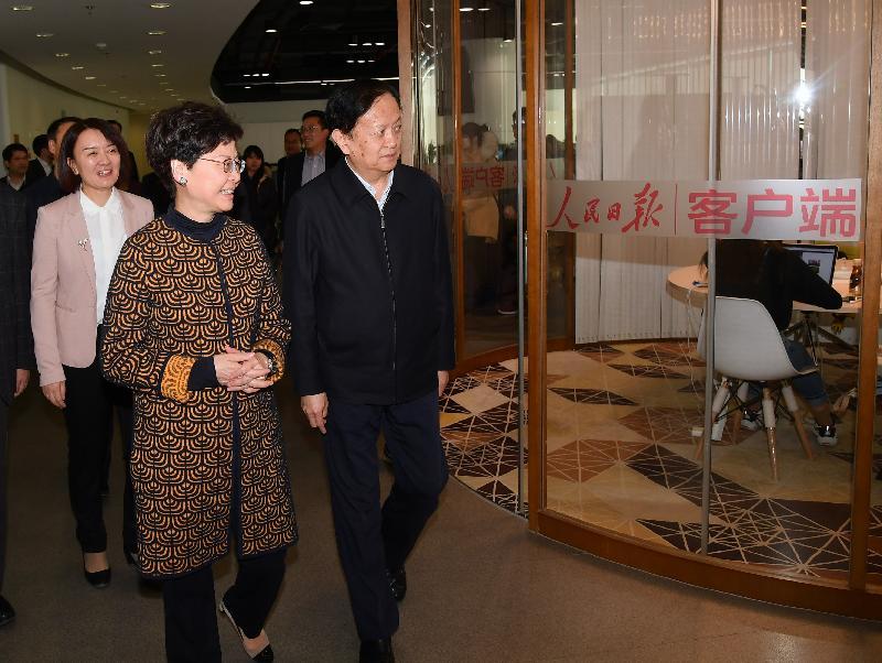 行政長官林鄭月娥今日(三月六日)在北京參觀人民日報社新媒體大廈。圖示林鄭月娥(右二)在人民日報社社長李寶善(右一)陪同下了解新媒體中心的運作。
