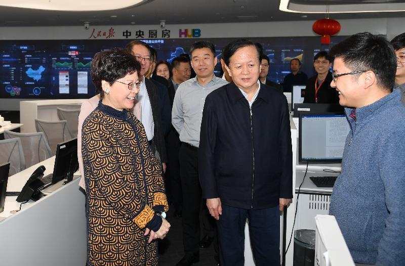 行政長官林鄭月娥今日(三月六日)在北京參觀人民日報社新媒體大廈。圖示林鄭月娥(左一)在人民日報社社長李寶善(右二)陪同下與記者交流。