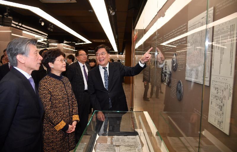 行政長官林鄭月娥今日(三月六日)在北京到訪中央美術學院。圖示林鄭月娥(左二)、中央美術學院黨委書記高洪(左四)、中央美術學院院長范迪安(左一)、行政長官辦公室主任陳國基(左三)和其他參與者參觀學院設施。