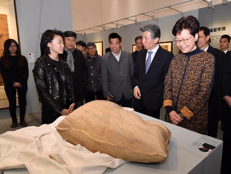 行政長官林鄭月娥今日(三月六日)在北京到訪中央美術學院。圖示林鄭月娥(右一)、中央美術學院院長范迪安(右二)及其他參與者參觀香港學生成績匯報展。