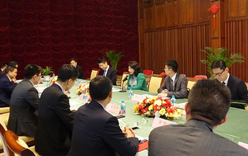 律政司司长郑若骅资深大律师(右三)今日(三月七日)在泰国曼谷与商界代表会面,向他们介绍香港的最新发展,以及法律和争议解决服务。