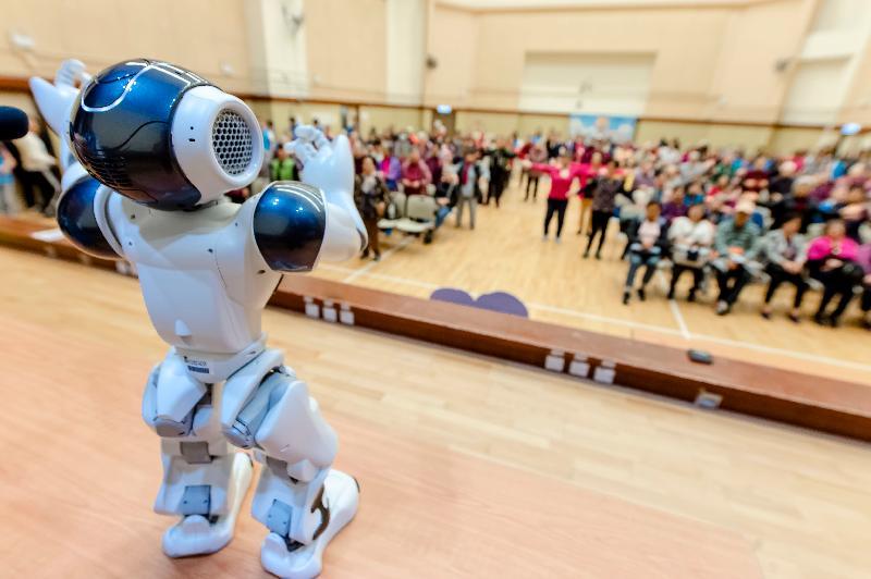 香港房屋委員會與香港大學護理學院上月在荔枝角社區會堂舉行「長者康健在屋邨」講座。圖示護理學院的智能機械人「大叻」甫出場以廣東話跟長者打招呼。