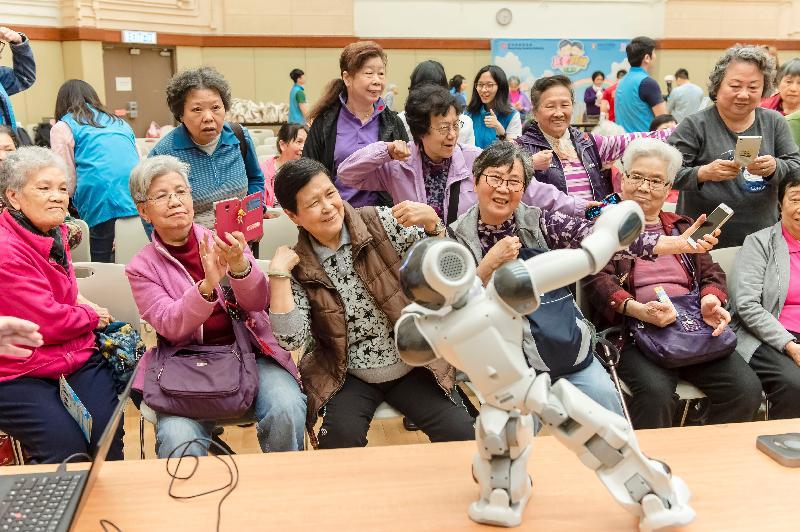 香港房屋委員會與香港大學護理學院上月在荔枝角社區會堂舉行「長者康健在屋邨」講座。護理學院的智能機械人「大叻」在強勁音樂節拍下帶領長者做體操。