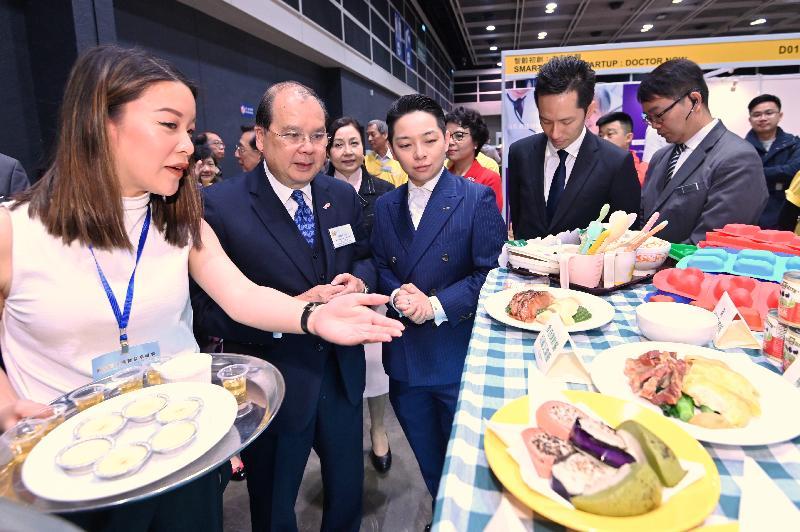 政務司司長張建宗今日(三月八日)出席黃金時代展覽暨高峰會2019開幕典禮。圖示張建宗(左二)在開幕典禮後參觀展覽攤位。