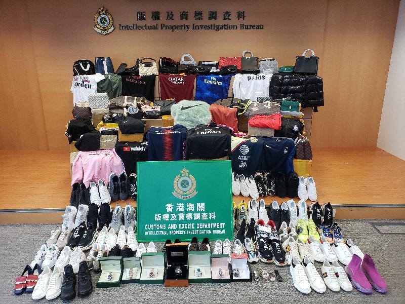 香港海關於一月至二月期間採取打擊冒牌物品行動,檢獲共約二萬三千件懷疑冒牌貨物,估計市值約三百二十萬元。圖示部分檢獲的懷疑冒牌貨物。