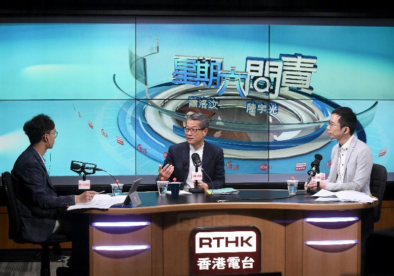 财政司司长陈茂波(中)今日(三月九日)上午出席香港电台节目《星期六问责》,回应有关二零一九至二零年度《财政预算案》的提问。