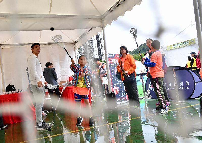 第七屆全港運動會「賽馬會全城躍動活力跑」嘉年華今日(三月十日)在源禾遊樂場舉行,圖示市民參與棍網球體育示範活動。