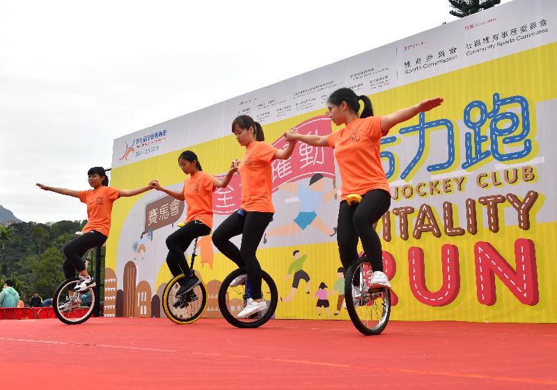 第七屆全港運動會「賽馬會全城躍動活力跑」今日(三月十日)舉行,源禾遊樂場舉辦嘉年華,活動包括單車表演。