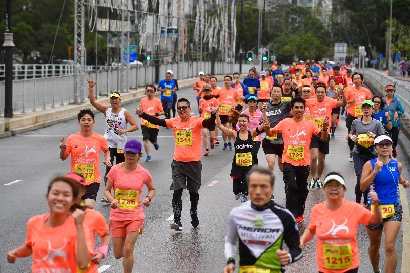 市民今日(三月十日)參加在沙田城門河畔舉行的「賽馬會全城躍動活力跑」,享受跑步的樂趣。