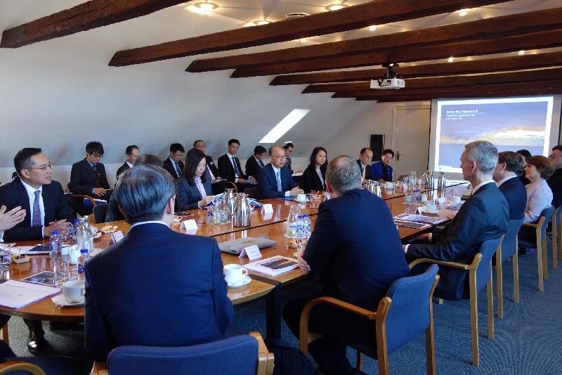 運輸及房屋局局長陳帆率領香港海運港口局代表團今早(哥本哈根時間三月十一日)抵達丹麥哥本哈根,隨即展開北歐訪問首站行程。圖示陳帆(第二排右四)和代表團與Danish Ship Finance及Danish Maritime Fund的代表會面,了解丹麥和北歐地區船舶融資業的發展。