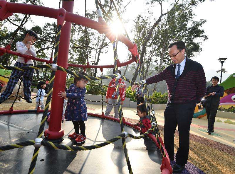 政制及內地事務局局長聶德權(右二)今日(三月十一日)下午到屯門公園共融遊樂場,參觀各種融入無障礙設計的兒童遊樂設施。