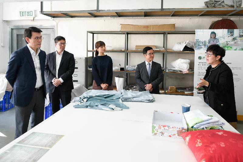 商務及經濟發展局局長邱騰華今日(三月十一日)到訪葵青區,參觀社企「合廠」。圖示邱騰華(左一)聽取「合廠」代表介紹其營運理念。