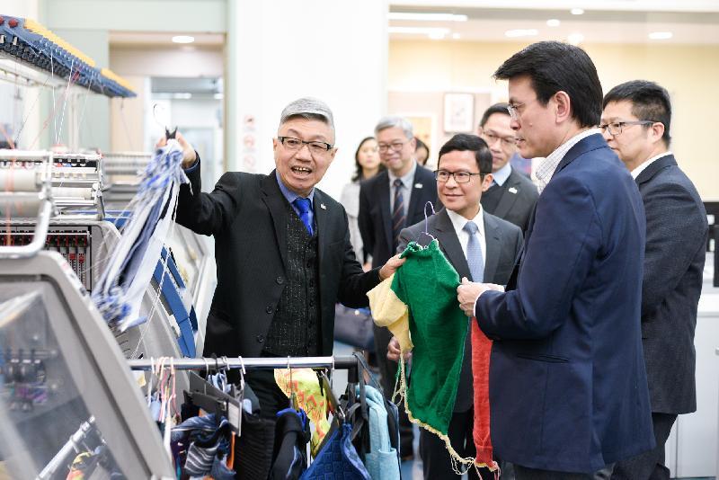 商務及經濟發展局局長邱騰華(前右)今日(三月十一日)到訪葵青區,參觀職業訓練局轄下的卓越培訓發展中心(時裝紡織業)內的針織和梭織工場及布料品質檢測等設施,了解行業的最新技術。
