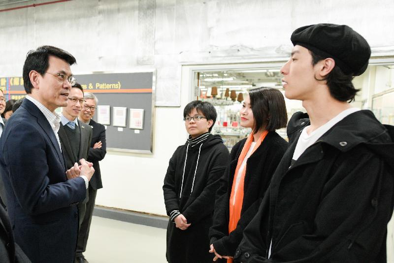 商務及經濟發展局局長邱騰華(左一)今日(三月十一日)到訪葵青區,並與卓越培訓發展中心(時裝紡織業)的學員交流。