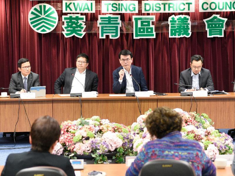 商務及經濟發展局局長邱騰華(右二)今日(三月十一日)到訪葵青區,與葵青區議會議員會面,聽取他們對地區事務的意見。