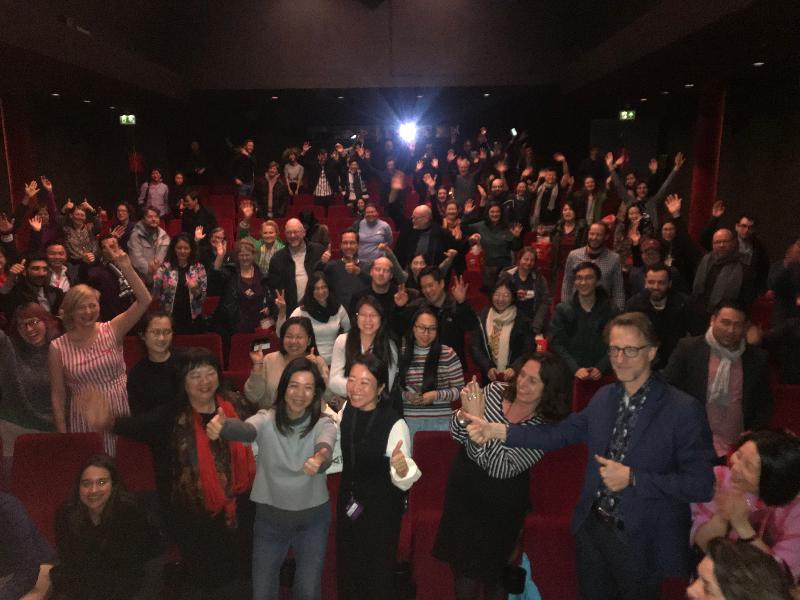 香港駐布魯塞爾經濟貿易辦事處副代表周雪梅(前排左三)三月十日(阿姆斯特丹時間)與製片人雪美蓮(前排左二)和曾翠珊(前排左四)在荷蘭阿姆斯特丹舉行的荷蘭亞洲電影節2019閉幕電影《非分熟女》放映活動上與觀眾合照。