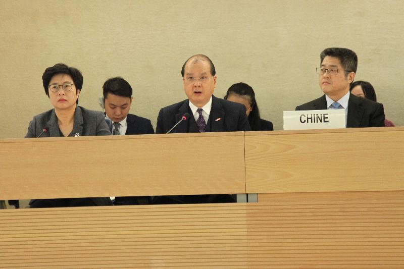 聯合國人權理事會今日(日內瓦時間三月十五日)於瑞士日內瓦舉行會議。圖示政務司司長張建宗(中)以中國代表團副團長的身分於會議發言。