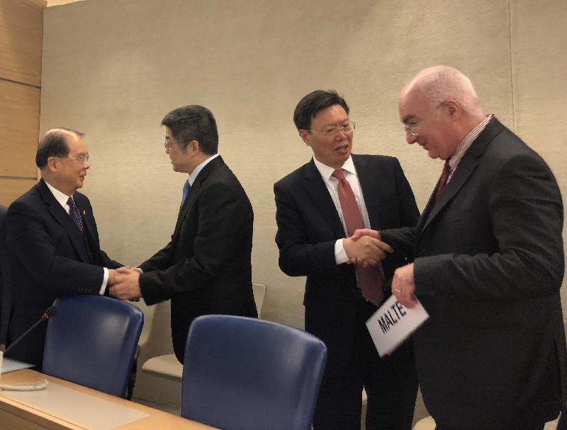 聯合國人權理事會今日(日內瓦時間三月十五日)於瑞士日內瓦舉行會議。圖示政務司司長張建宗(左)與外交部副部長樂玉成(代表團團長)(左二)握手。