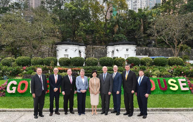 行政長官林鄭月娥(中)今早(三月十八日)在禮賓府與訪港的美國國會眾議院美中工作小組共同主席里克‧拉森(右三)和達林‧拉胡德(右二)以及四位小組成員會面,美中關係全國委員會主席歐倫斯(左二)和美國駐香港及澳門總領事唐偉康(左一)亦有出席。