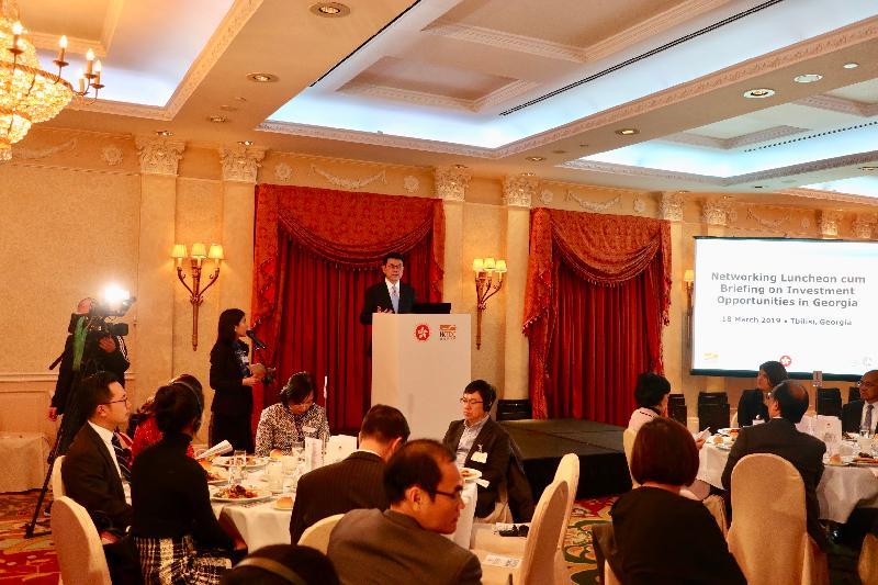商務及經濟發展局局長邱騰華昨日(第比利斯時間三月十八日)在格魯吉亞第比利斯與香港工商及專業代表團一同出席格魯吉亞投資機遇簡介會,了解格魯吉亞最新的基建項目及聯合融資機會。圖示邱騰華在簡介會上發言。