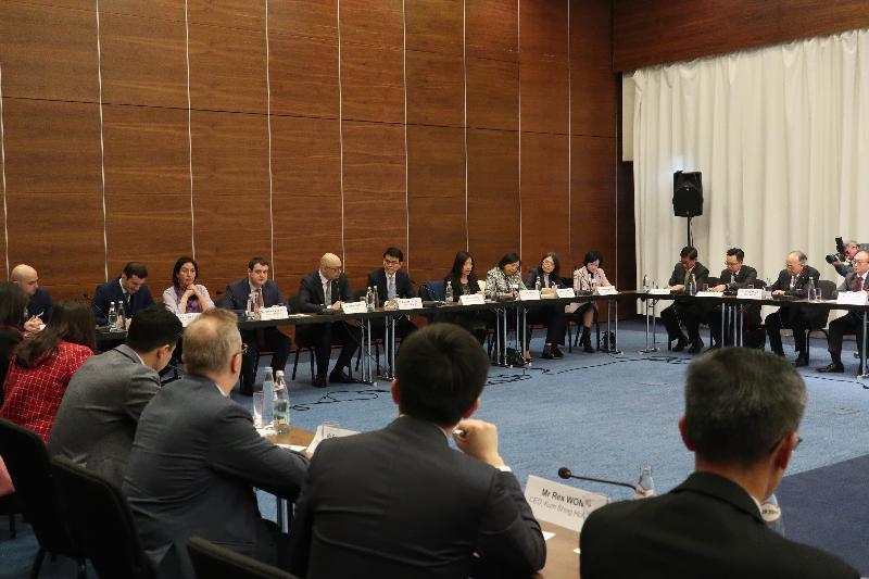 商務及經濟發展局局長邱騰華(右九)昨日(第比利斯時間三月十八日)在格魯吉亞第比利斯與香港工商及專業代表團一同跟格魯吉亞經濟與可持續發展部部長George Kobulia(右十)會面,了解格魯吉亞最新的政府政策、經濟發展計劃,以及區域的整體商機和投資機會。