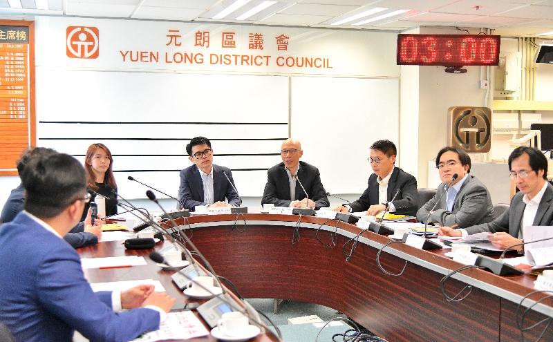環境局局長黃錦星(右四)今日(三月十九日)到訪元朗區議會與區議員會面,聽取他們對政府環保施政的意見。