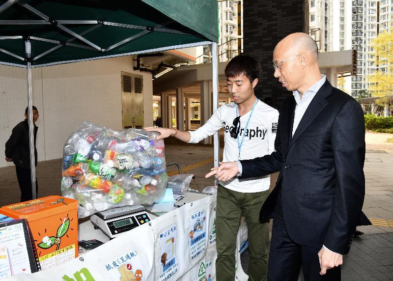 環境局局長黃錦星(右)今日(三月十九日)到訪洪水橋洪福邨,了解邨內回收設施的運作。