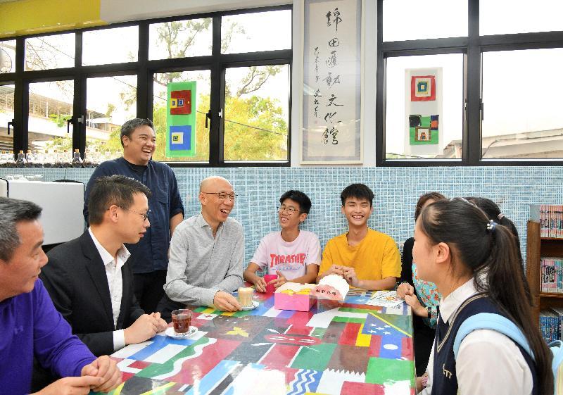 環境局局長黃錦星(左四)今日(三月十九日)到訪錦田匯動文化館,並與青年交流。