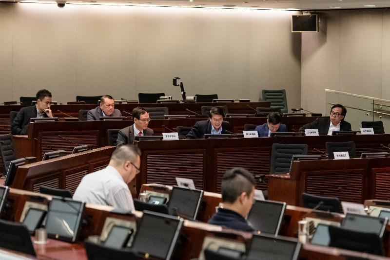 立法會議員與東區區議會議員今日(三月十九日)在立法會綜合大樓舉行會議,就取消長者醫療券計劃的累積金額上限交換意見。