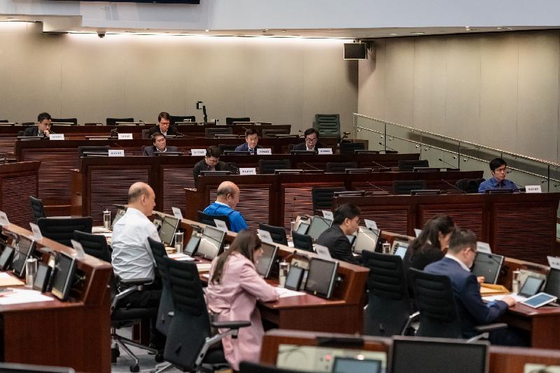 立法會議員與東區區議會議員今日(三月十九日)在立法會綜合大樓舉行會議,討論加強監管專營巴士及公共小型巴士的服務。