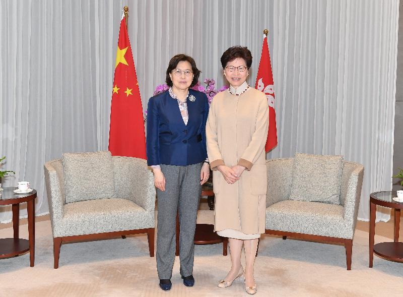行政長官林鄭月娥(右)今日(三月二十一日)上午在行政長官辦公室與中華全國婦女聯合會副主席、書記處第一書記黃曉薇(左)會面。
