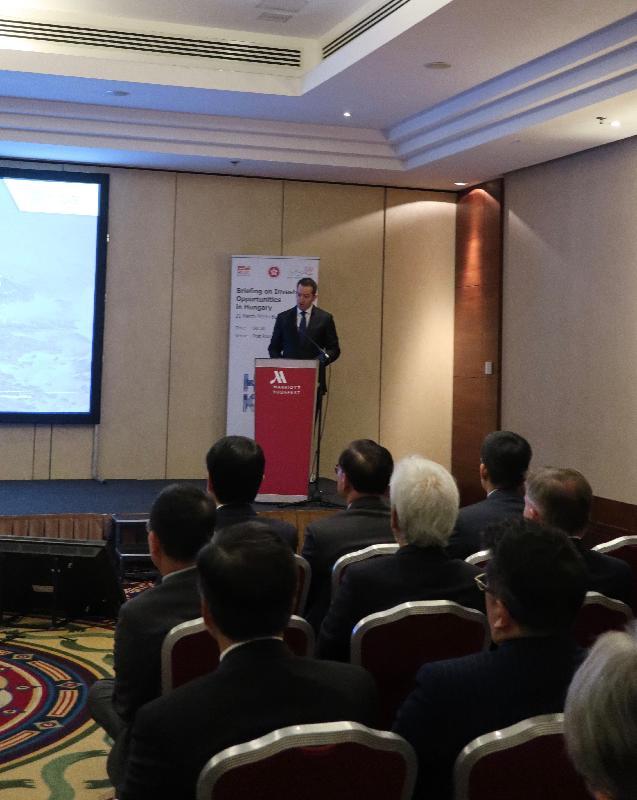 商務及經濟發展局局長邱騰華正率領香港工商及專業代表團訪問匈牙利布達佩斯。圖示代表團昨日(布達佩斯時間三月二十一日)在當地出席簡介會,了解當地的投資機遇和展望。