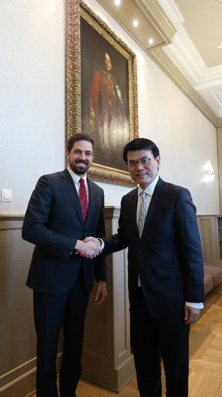 商務及經濟發展局局長邱騰華(右)昨日(布達佩斯時間三月二十一日)在匈牙利布達佩斯與匈牙利外交及貿易部副部長Levente Magyar(左)會面,就加強經貿合作交流意見。