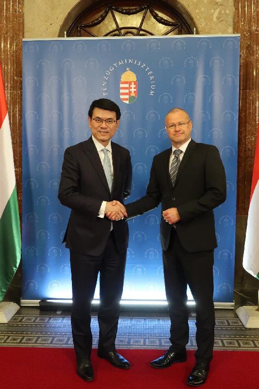 商務及經濟發展局局長邱騰華(左)昨日(布達佩斯時間三月二十一日)在匈牙利布達佩斯與匈牙利財政部國務秘書Gábor Gion(右)會面,就貿易和財經議題交流意見。