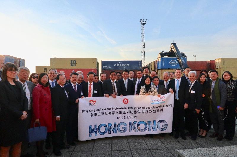 商務及經濟發展局局長邱騰華率領香港工商及專業代表團昨日(布達佩斯時間三月二十一日)到訪匈牙利鐵路貨運股份公司,了解匈牙利的物流基建發展。圖示邱騰華(前排左八)參觀後與代表團拍攝合照。