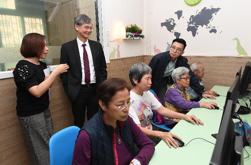 勞工及福利局局長羅致光博士(左二)今日(三月二十二日)到訪香港耆康老人福利會柴灣長者地區中心,聽取機構代表簡介中心服務。
