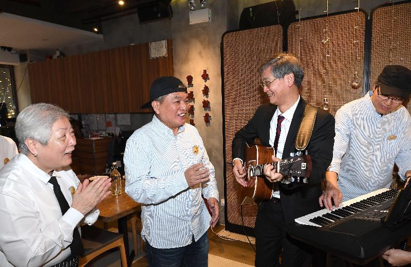 勞工及福利局局長羅致光博士(右二)今日(三月二十二日)參觀社會企業銀杏館位於鰂魚涌的餐廳,並與店內長者樂團成員打成一片。