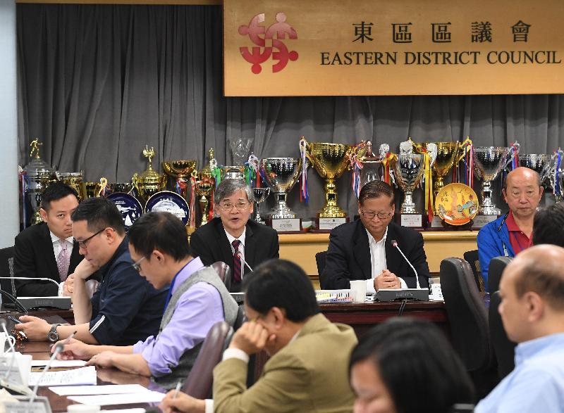 勞工及福利局局長羅致光博士(後排左二)今日(三月二十二日)到訪東區區議會,與主席黃建彬(後排右二)及區議員會面,就勞工及福利課題及區內關注事宜交換意見。