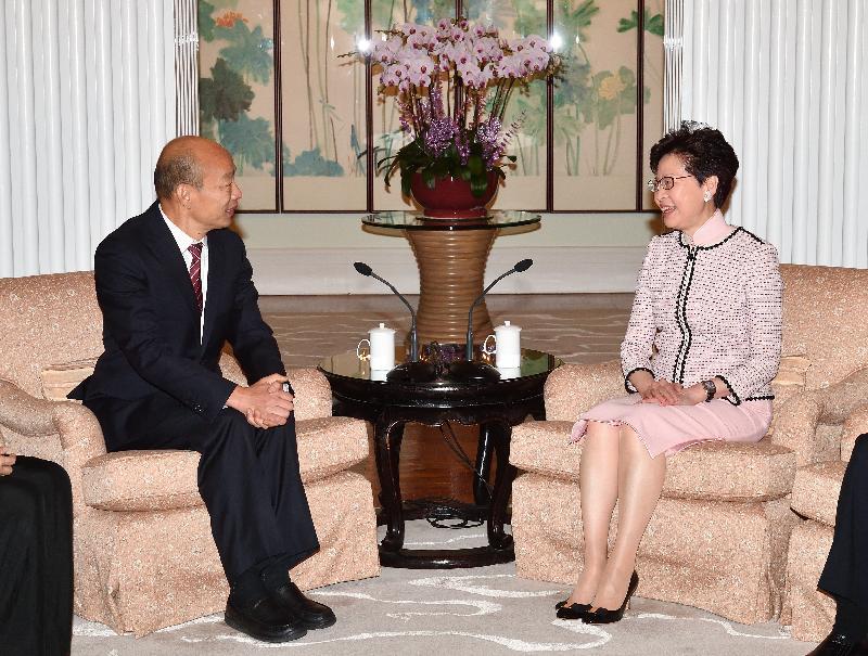 行政長官林鄭月娥(右)今日(三月二十二日)上午在禮賓府與到訪的高雄市市長韓國瑜(左)會面。
