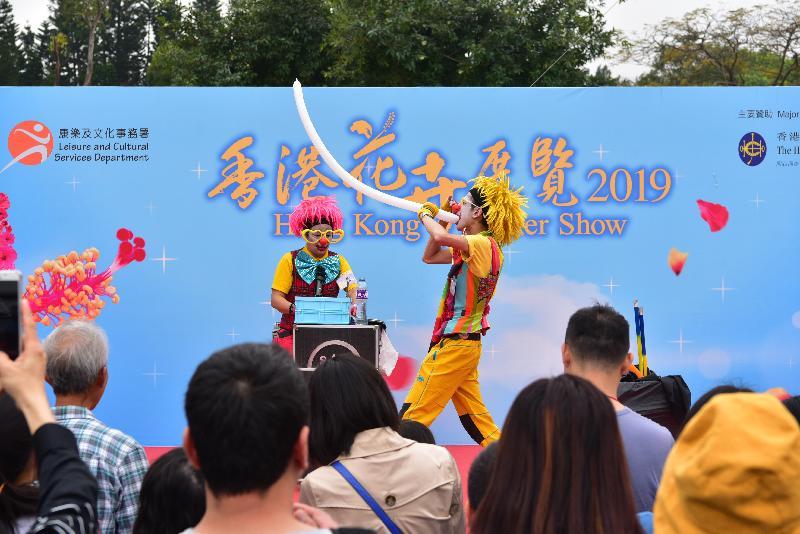 香港花卉展覽星期日(三月二十四日)結束。大會在展覽期間安排多項活動,包括花藝示範、綠化活動工作坊和親子遊戲等,令節目更豐富,其中的魔術表演吸引不少遊人觀賞。